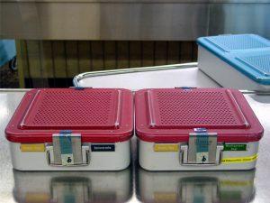 La cinta adhesiva indicadora 3M Comply para procesos de esterilización permite controlar la trazabilidad del contenedor sin tener que abrirlo